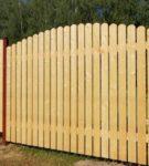 Деревянный забор на металлических опорах