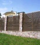 Забор из дерева на каменном фундаменте