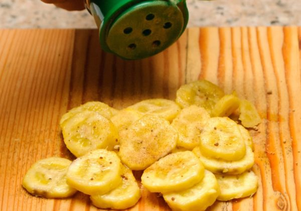кусочки бананов на разделочной доске