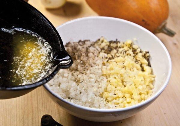 смесь картофеля, лука и специй