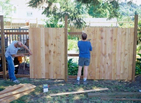 Строительство деревянного забора вдвоём