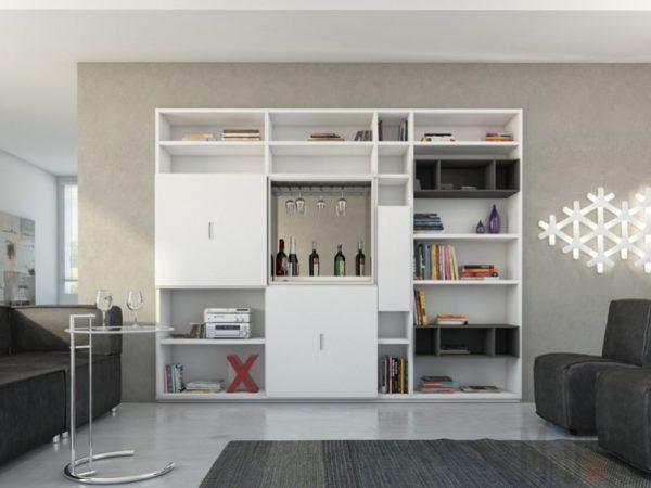 Большая гостиная с белым шкафом и черными креслами