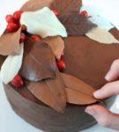 шоколадные листья с ягодами на торте