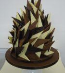 треугольные панели из разныхвидов шоколада