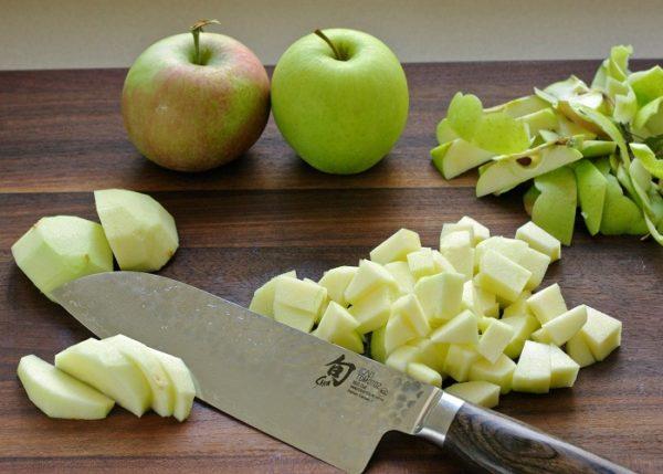 Два целых яблока и пригоршня яблочных ломтиков