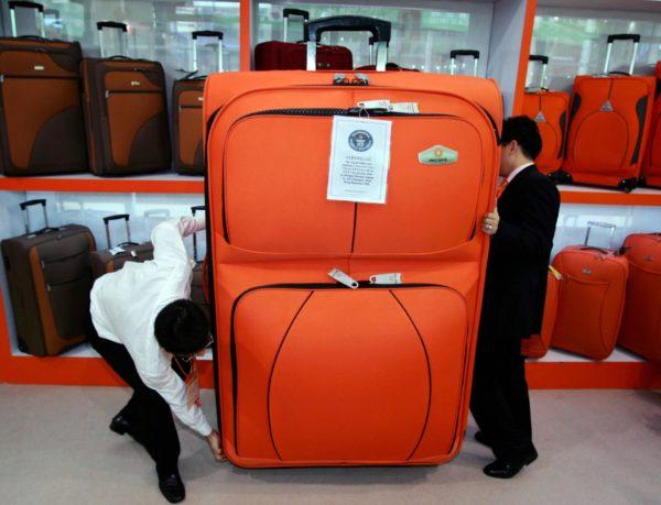 Двое мужчин с огромным чемоданом