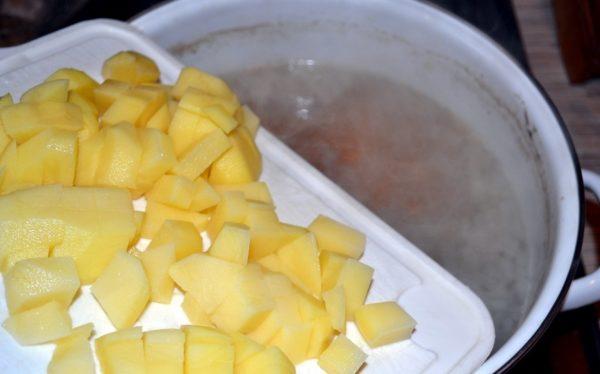 Картофель и бульон для ухи