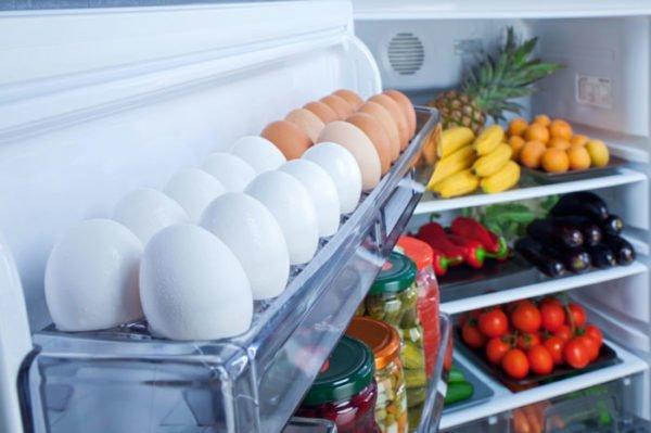 Куриные яйца в холодильнике
