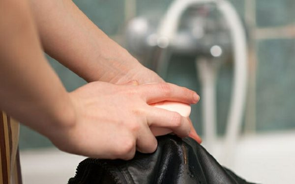 Мылом застирывают куртку