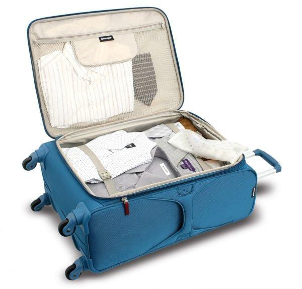 Синий открытый чемодан