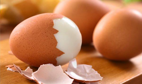Сваренное куриное яйцо