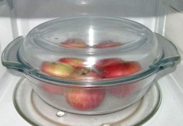 Яблоки в кастрюльке для СВЧ