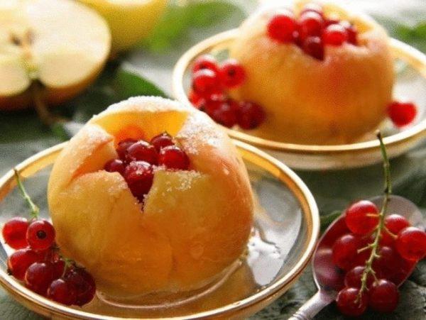 Яблоки, запечённые с ягодами