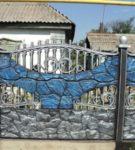 Забор с декоративными элементами