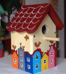 скворечник с нарисованными домиками