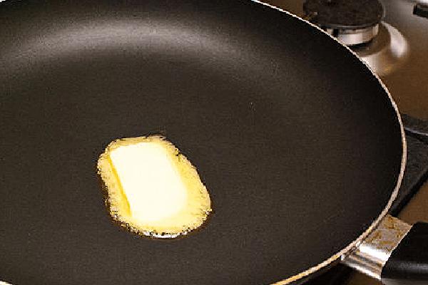 сливочное масло в сковороде