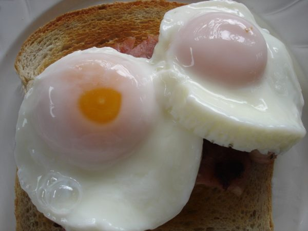 яйца пашот на тосте