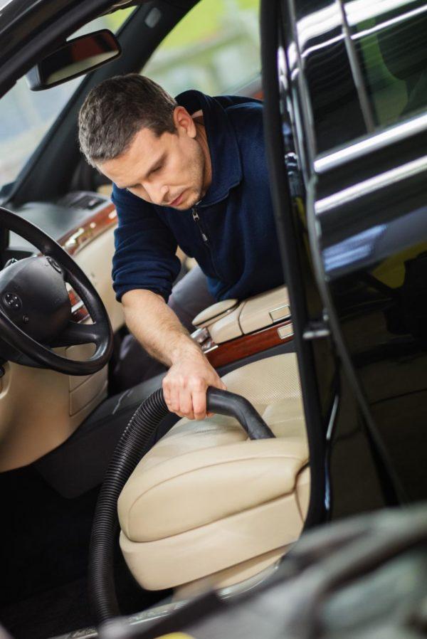 Чистка сиденья автомобиля