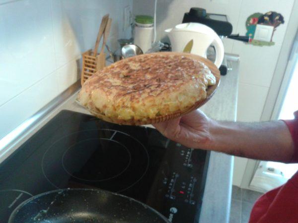 Испанская тортилья на деревянной тарелке