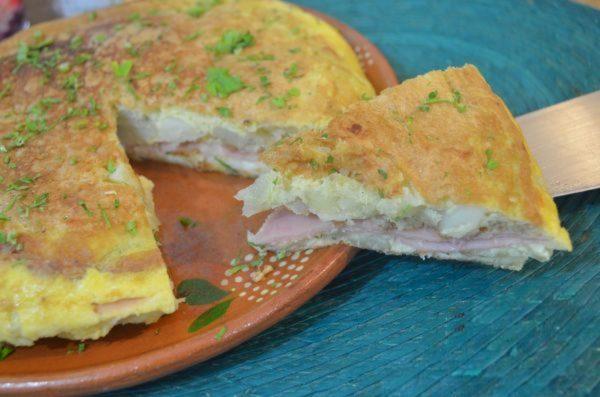 Испанская тортилья с ветчиной и сыром