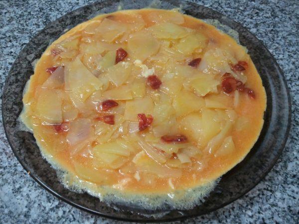 Картофельно-яичная масса с чоризо