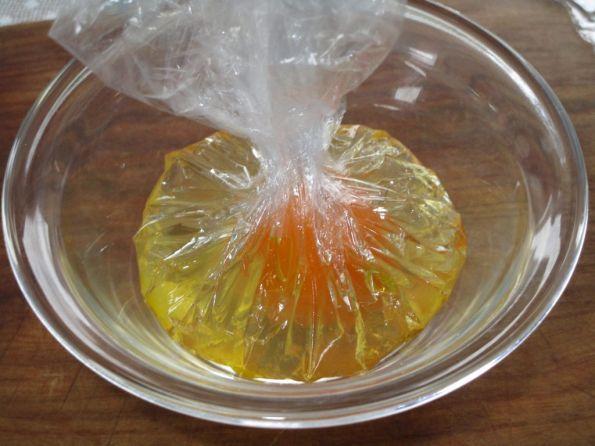 Мешок из плёнки с яйцом внутри