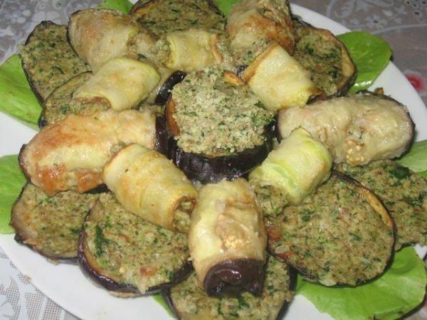 Мясные и овощные рулеты с соусом из чесночных стрелок и орехов