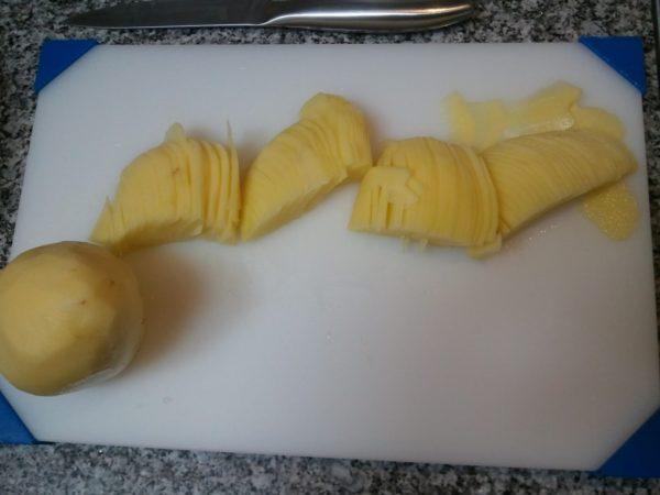 Нарезанный пластинами сырой картофель