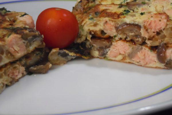 Омлет с грибами и филе красной рыбы