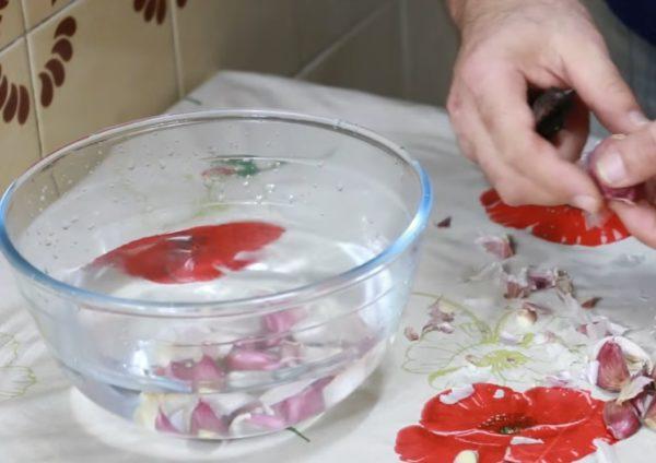 Чеснок в миске с водой