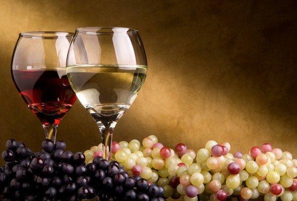 2 бокала с белым и красным вином, тёмный и белый виноград