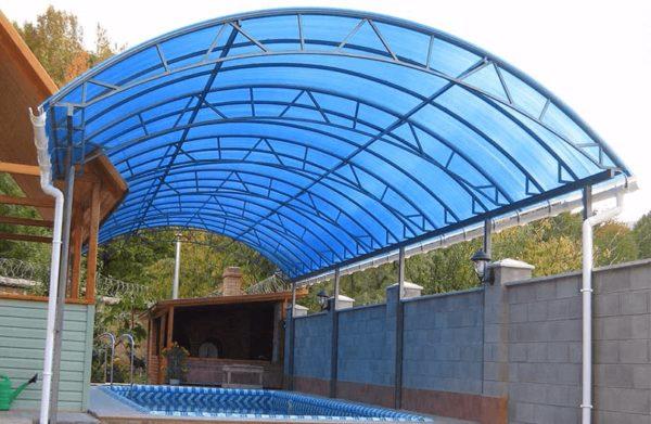 Арочный навес из поликарбоната над бассейном