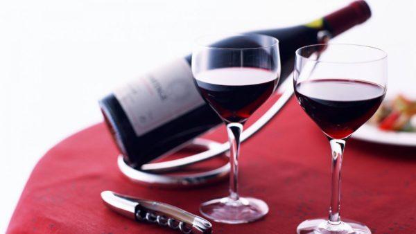 Бутылка вина, штопор и 2 бокала