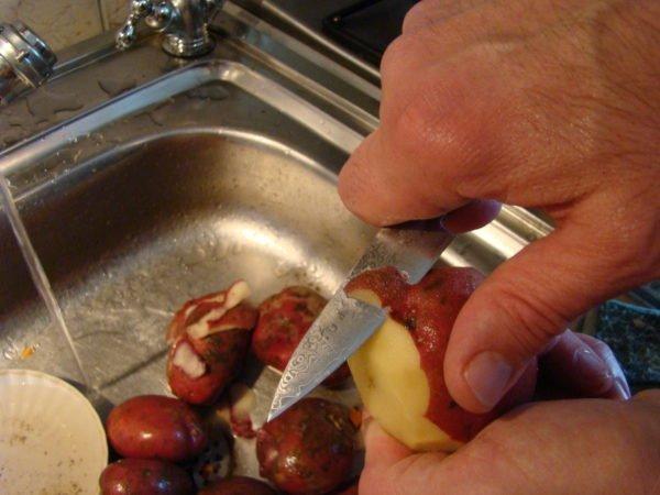 чистка картофеля ножом
