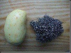 чистка молодой картошки металлической кухонной губкой