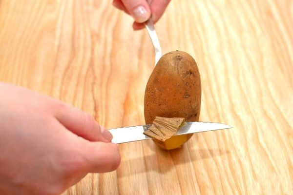 чистка отварного картофеля ножом