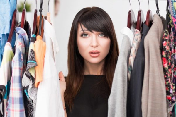 девушка среди одежды