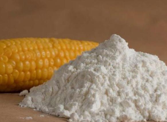 Горка крахмала и початок кукурузы