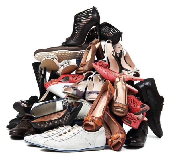 Куча обуви в прихожей