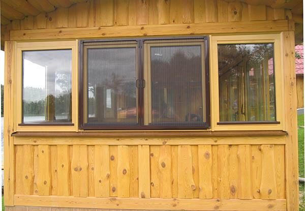 Москитная сетка на деревянном окне