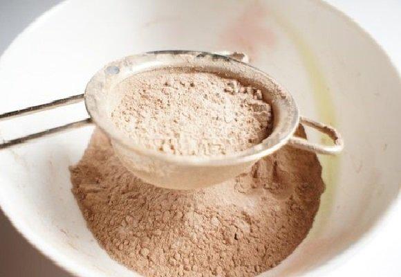 Мука и какао в миске