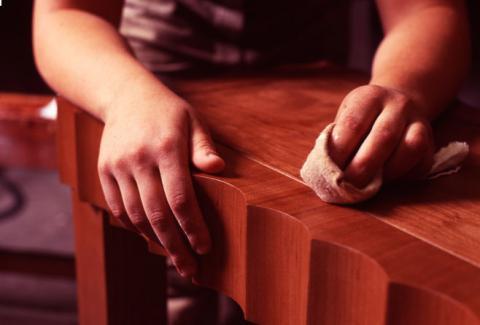 Удаление прилипшей жвачки с деревянной мебели