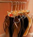 Обувь на вешалках для одежды
