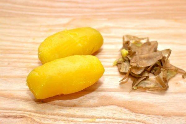 очисенный от кожуры отварной картофель