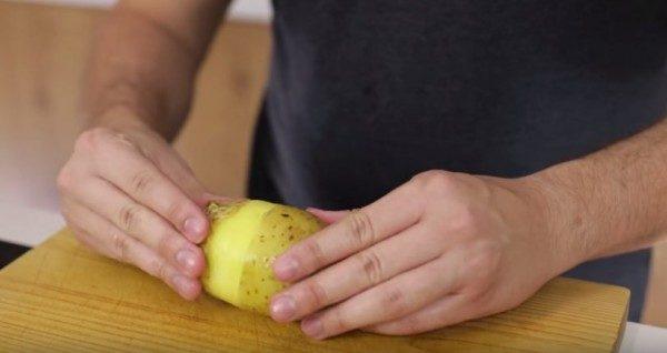 очищение варенного картофеля руками