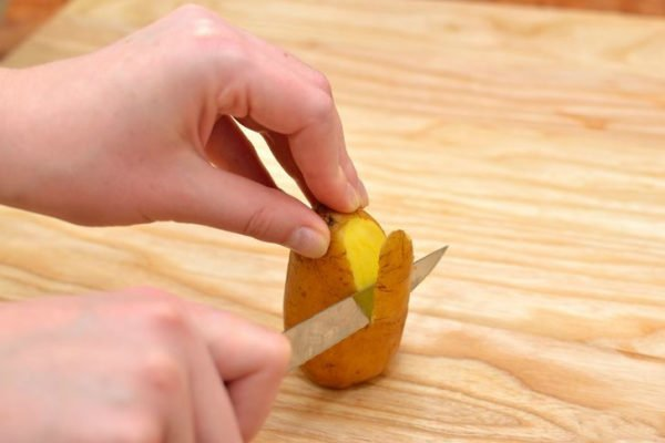 очистка картофеля ножом