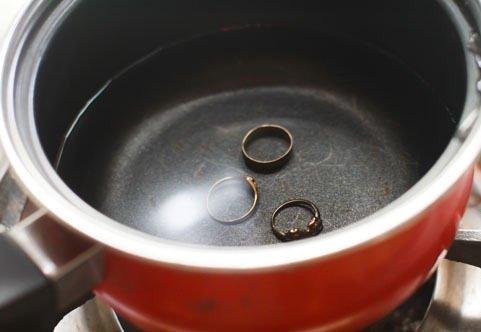 Очистка золота водой со средством для мытья посуды