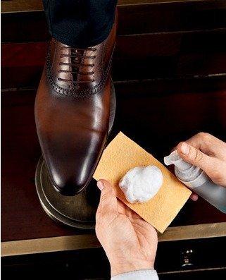 Пена для бритья на кожаной обуви
