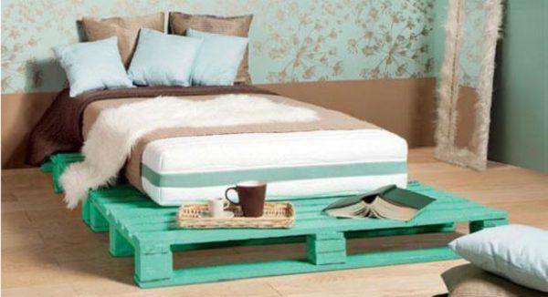 простая кровать из деревянных поддонов
