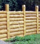 Простой забор из обрезков брёвен